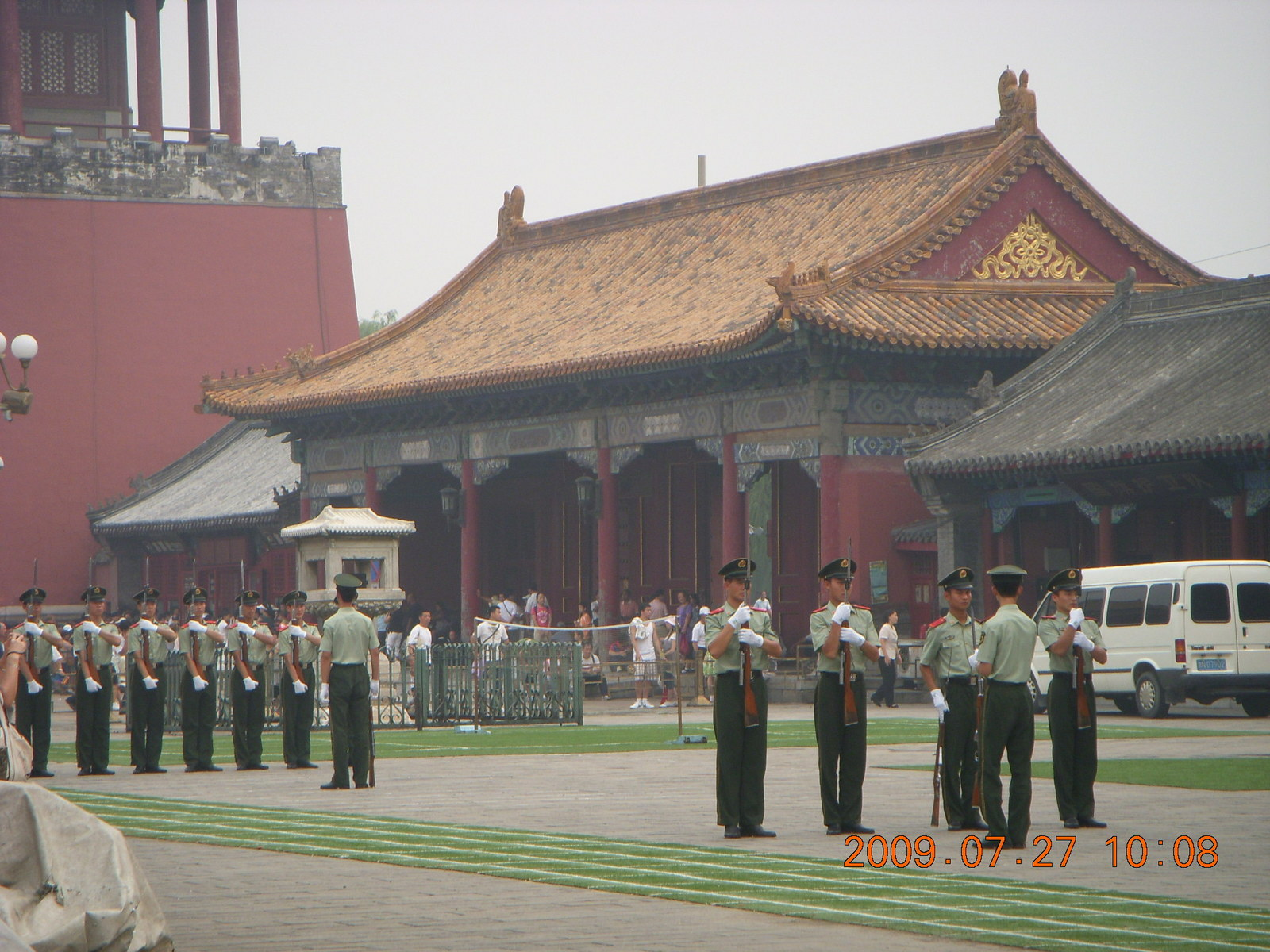 China eclipse - Beijing - Tianenman Square - police guard
